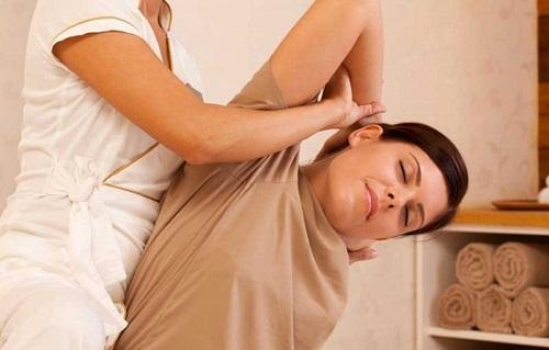Trị liệu bấm huyệt bằng phương pháp Thái Lan giúp cân bằng năng lượng cơ thể.