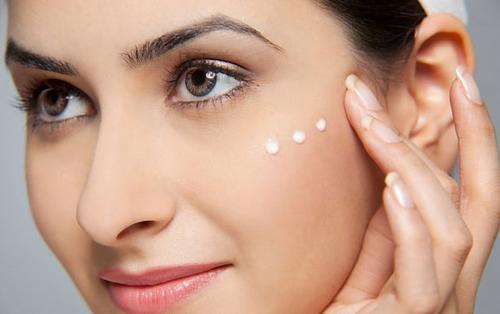 Dưỡng ẩm cho da thường xuyên là cách tốt để làm chậm quá trình lão hóa.