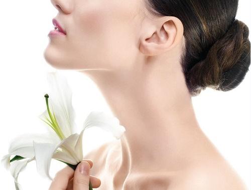 """Cũng như các vùng da khác, vùng da cổ cũng cần được chăm sóc, """"chiều chuộng""""."""