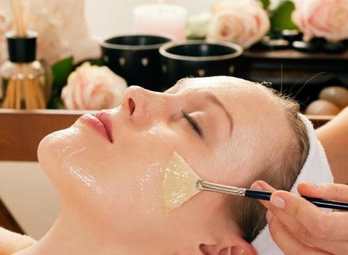 Đắp mặt nạ từ lòng trắng trứng gà để tăng cường sự đàn hồi và khỏe mạnh của làn da.