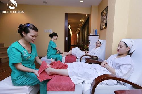 Khách hàng đang trải nghiệm quy trình tẩy da chết chân tại Thu Cúc Clinics