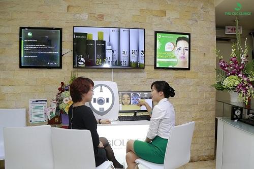 Khách hàng được phân tích hiện trạng thẩm mỹ da bằng những thiết bị hiện đại.