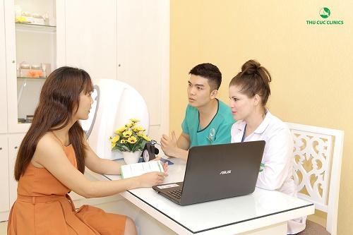 Chuyên gia Thu Cúc Clinics tư vấn vê cách giảm béo an toàn cho khách hàng.