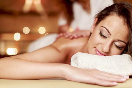 Thư giãn tối đa với liệu pháp chăm sóc toàn thân với tinh dầu