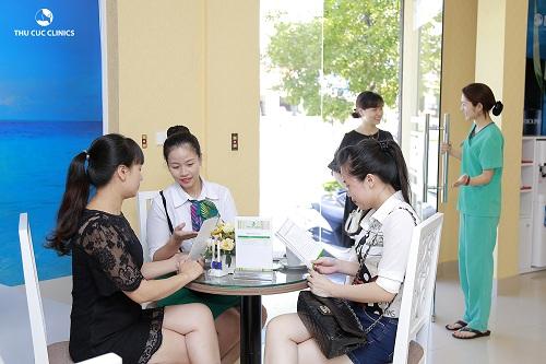 khong-khi-khach-hang-tai-thu-cuc-clinics-tap-nap-ron-rang-he-sang1
