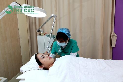 Khách hàng đang thực hiện dịch vụ tẩy nốt ruồi bằng công nghệ Laser CO2 tại Thu Cúc Clinics.