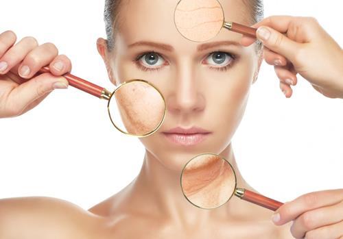 Làn da lão hóa với sự xuất hiện của các nếp nhăn trên gương mặt.
