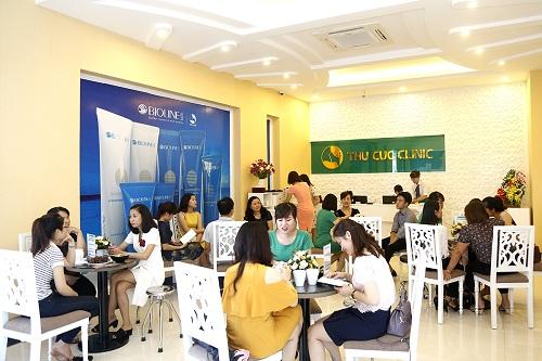 Rất đông khách hàng đã đến tham dự buổi khai trương Thu Cúc Clinic Quảng Ninh.