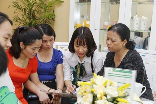 Khách hàng đến làm đẹp được đội ngũ nhân viên tư vấn chuyên nghiệp của Thu Cúc Clinic đón tiếp tận tình, chu đáo.