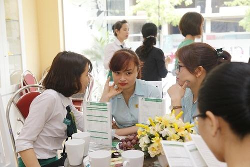 Chị em văn phòng cũng tranh thủ thời gian đến Thu Cúc Clinics để được nhân viên tư vấn chăm sóc da…