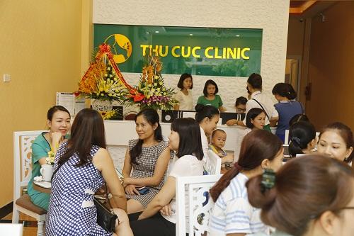Từng nhóm khách hàng ra vào tấp nập và nhanh chóng được tiếp đón bằng những nụ cười thân thiện.
