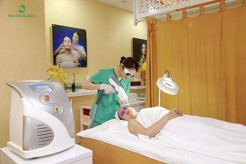 """Với ưu đãi giảm đến 50% chi phí, dịch vụ điều trị nám bằng công nghệ Laser YAG Q-Switched đang chiếm trọn lòng tin của chị em """"đất mỏ"""". Đây là công nghệ thẩm mỹ tiên tiến đặc trị các vấn đề về sắc tố da, nhanh chóng loại bỏ vùng nám sậm màu mang lại một làn da mịn màng trắng sáng sau điều trị."""