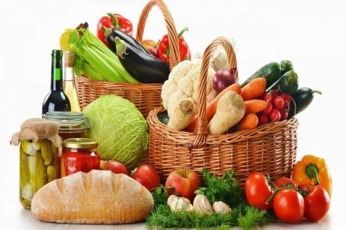 Chế độ dinh dưỡng hợp lý giúp cải thiện làn da bị mụn hiệu quả.