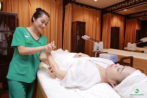 Trị liệu bấm huyệt bằng phương pháp Thái Lan sẽ tác động vào 10 mạch năng lượng chính chạy khắp cơ thể thông qua các thao tác dùng bàn tay, bàn chân, khuỷu tay.. nhẹ nhàng ấn vào các điểm huyệt kết hợp cùng kéo dãn và day ấn.