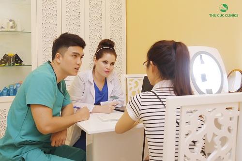Bác sĩ Thu Cúc Clinics đang tư vấn trị mụn cho khách hàng.