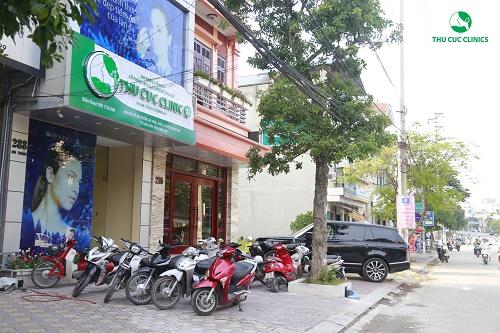 Ngay từ rất sớm, khu vực bên ngoài địa chỉ 288 Bà Triệu, TP Lạng Sơn đã chật kín xe.