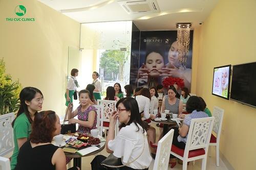Khách hàng tấp nập làm đẹp tại Thu Cúc Clinics Nghệ An ngày khai trương