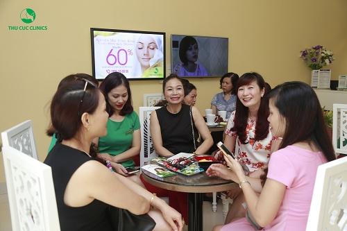 """""""Rất là bất ngờ, tôikhông nghĩ ở đây lại có một cơ sở thẩm mỹ hiện đại và chuyên nghiệp như vậy. Và còn bất ngờ hơn khi biết 100% kỹ thuật viên ở đây đều là điều dưỡng viên được đào tạo bài bản nữa. Chắc chắn đây sẽ là địa chỉ làm đẹp quen thuộc của tôi và các bà bạn đồng nghiệp nữa"""". Chị Nguyễn Thị Mai (45 tuổi, TP Lạng Sơn) chia sẻ."""