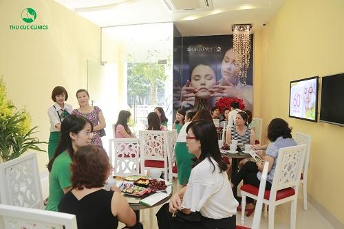"""Bạn Minh Tú (25 tuổi, nhân viên Thu Cúc) chia sẻ: """"Mình khá bất ngờ khi biết được nhu cầu làm đẹp của các chị em nơi đây lại cao thế này. Tính đến thời điểm quá trưa, tại đây đã đón tiếp hơn hàng trăm khách hàng đến thăm khám và điều trị rồi""""."""