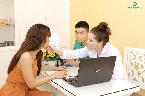 Bác sĩ Thu Cúc Clinics đang tư vấn cho khách hàng.