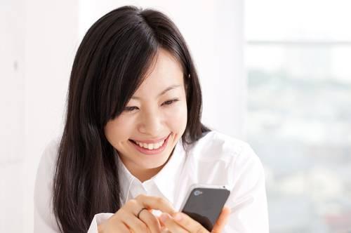 Điện thoại chứa nhiều vi khuẩn gây mụn.