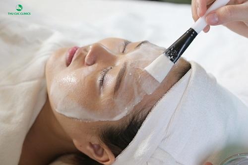 Làn da được cung cấp đổ ẩm và các dưỡng chất cần thiết khi đắp mặt nạ vi tảo.