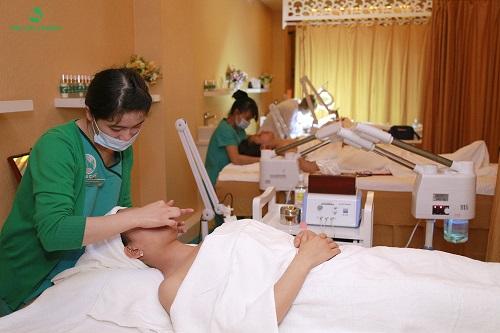 Chăm sóc da định kỳ theo sự tư vấn của bác sĩ, chuyên gia thẩm mỹ là bí quyết để sở hữu, duy trì làn da khỏe đẹp của các chị em hiện đại.