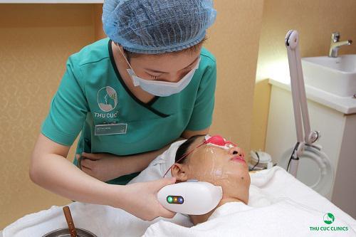 Kỹ thuật viên Thu Cúc Clinics đang tiến hành thao tác trẻ hóa da bằng Hifu cho khách hàng.