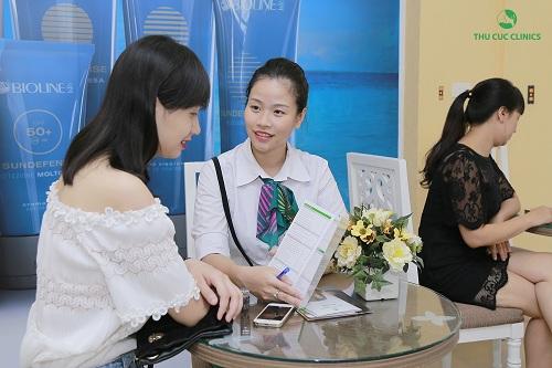Tư vấn viên của Thu Cúc Clinics đang giới thiệu về phương pháp đặc trị giảm nám da, tàn nhang bằng AHA - PHA cho khách hàng.