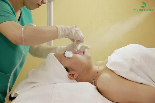 Tại Thu Cúc Clinics, trước khi sử dụng vitamin C để làm đẹp, làn da của khách hàng sẽ được làm sạch sâu một cách cẩn thận, chuyên nghiệp.
