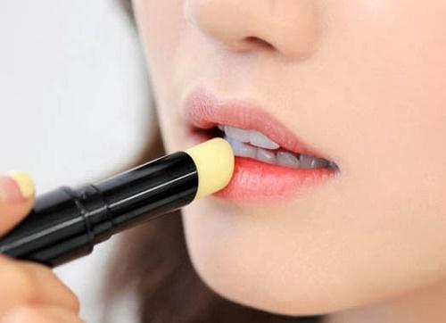 Luôn mang theo son dưỡng môi bên mình và sử dụng bất kỳ khi nào bạn cảm thấy môi khô nẻ.