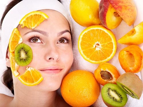 Việc làm đẹp bằng vitamin C rất được các chị em ưa chuộng.