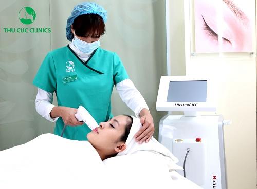 Kỹ thuật viên tiến hành thực hiện thao tác nâng cơ xóa nhăn bằng thiết bị Thermal RF cho khách hàng.