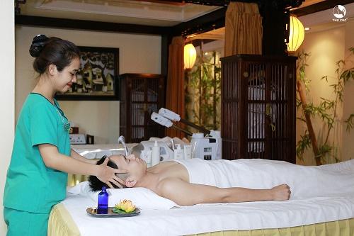 Khách hàng trải nghiệm dịch vụ thư giãn bằng tinh đầu tại Thu Cúc Clinics.