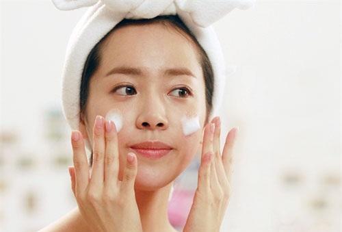 Rửa mặt đúng cách giúp việc điều trị lỗ chân lông diễn ra dễ dàng hơn