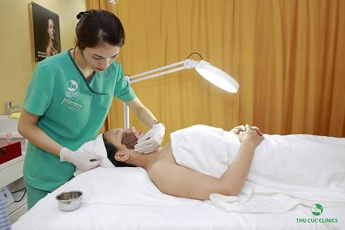 Hoàn thành việc chiếu công nghệ cao, khách hàng được làm sạch da vùng điều trị và đắp mặt nạ, bôi kem tái tạo để hỗ trợ quá trình phục hồi da tự nhiên.