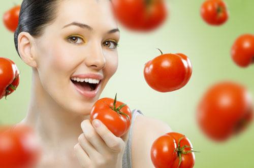 Sử dụng nước ép cà chua mỗi ngày giúp việc trị tàn nhang từ bên trong đạt hiệu quả