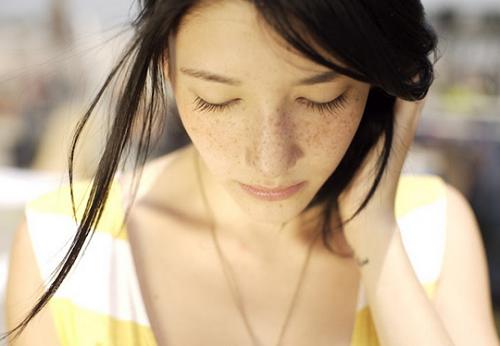Những đốm tàn nhang sậm màu khiến eva khó khăn trong việc make-up