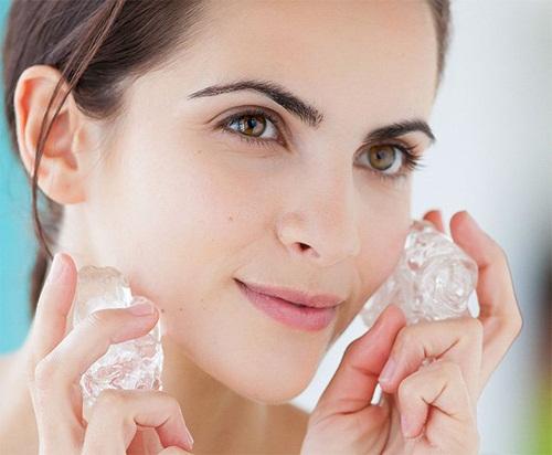 Đá lạnh giúp se khít lỗ chân lông và tái tạo da hữu hiệu