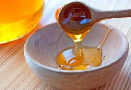 Dưỡng môi bằng hỗn hợp mật ong và dầu gấc