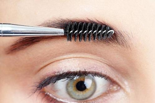 Bước 1: Chải lông mày theo hướng từ chán ra đến thái dương. Tiếp theo sử dụng gel dạng chì không màu để tạo dáng cho các sợi lông mày thẳng và đều. Sau đó dùng dao cạo để tỉa đi những sợi lông mọc ở bên ngoài chân mày