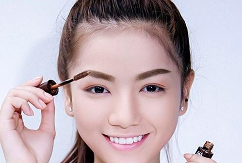 Bước 2: Tiếp tục dùng mascara chuốt nhẹ theo chiều ngang của lông mày để tạo dáng.