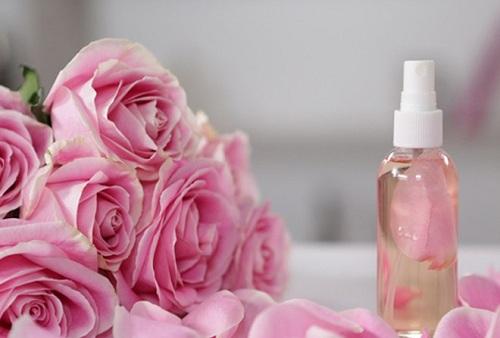 Hỗn hợp nước hoa hồng, sữa tươi, bột nghệ, mật ong chứa nhiều dưỡng chất có khả năng trị thâm vùng kín tại nhà