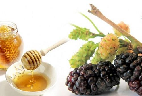 Quả dâu tằm chín là nguồn tự nhiên của hydroquinone, chứa arbutin ức chế sự hình thành melanin, mang lại cho bạn làn da sáng tự nhiên. Để hiệu quả hơn, hãy bổ sung thêm mật ong để những đốm nám mau biến mất.