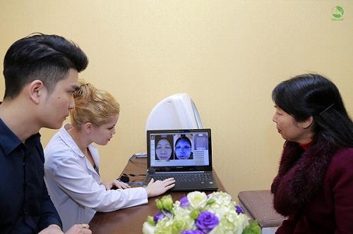 Chuyên gia thực hiện soi da xác định hiện trạng nám và tư vấn liệu trình điều trị