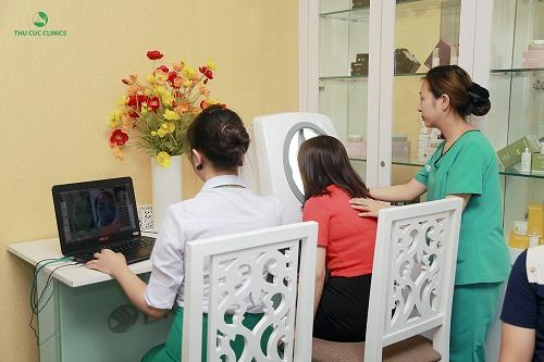 Khách hàng được thăm khám tình trạng nám, tàn nhang tại Thu Cúc Clinics