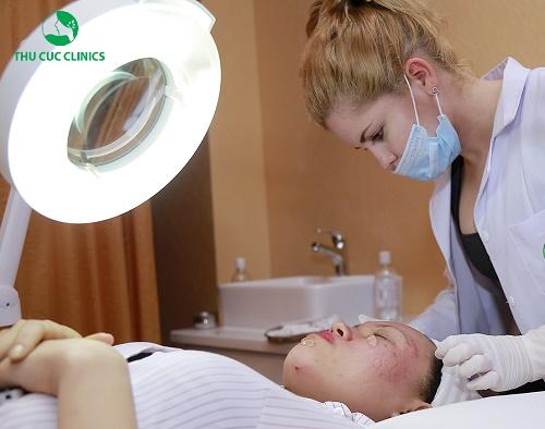 Bác sĩ Thu Cúc Clinics thăm khám, trị thâm mụn cho khách hàng