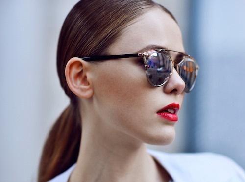 Đeo kính râm khi ra ngoài vừa sang trọng, vừa giúp hạn chế tình trạng mắt thâm đen do ánh nắng mặt trời.