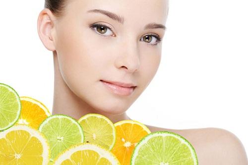 Chanh chứa acid lactic có tác dụng sát trùng diệt khuẩn giúp lấy đi các tế bào da chết và bụi bẩn và làm se khít lỗ chân lông hữu hiệu. Ngoài ra, cùng với lượng vitamin C dồi dào trong quả chanh, làn da chúng ta sẽ được nuôi dưỡng trắng sáng mịn màng.