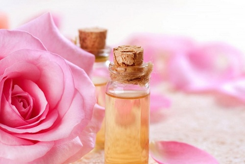 Nước hoa hồng chứa nhiều thành phần khoáng chất đem đến khả năng chống oxy hóa, giúp da săn chắc, se khít lỗ chân lông hiệu quả tại nhà.